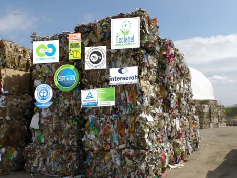 Abfallballenlager für Recyclingzwecke mit verschiedenen Recycling-Ökolabels (c) Martin Wellacher
